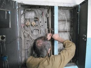 電気の修理中