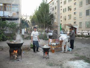 団地の庭で料理