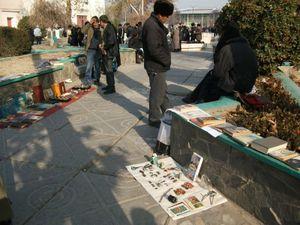 路上で本などを売る