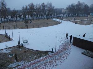 雪が積もった校庭