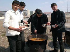 校庭でパーティーの料理を作る