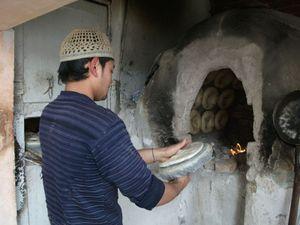 窯でパンを焼く