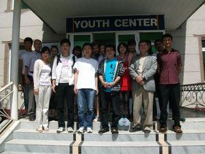 青少年センターの前で集合写真