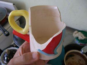 地震で割れたマグカップ
