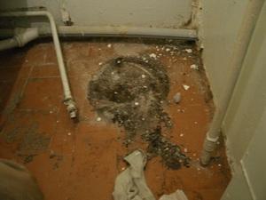 ガス湯沸かし器を撤去した跡