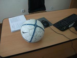教員室のサッカーボール