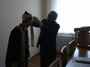 民族衣装と帽子の授与