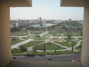ウズベキスタンホテルから見るタシケント国立法科大学