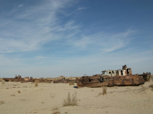 アラル海(ムイナク町)の朽ちた船