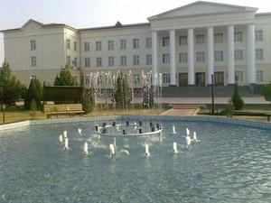 大学の校庭の噴水(昼)