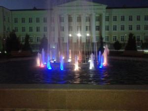 大学の校庭の噴水(夜)