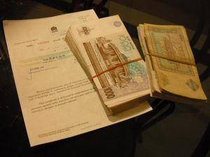 ウズベキスタン紙幣の札束